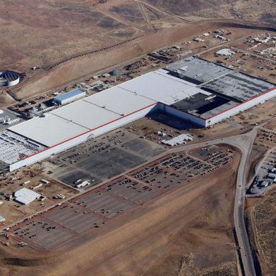 """Tesla kertoo """"Gigafactory 1:n"""" pudottaneen akkuhintaa 35%"""