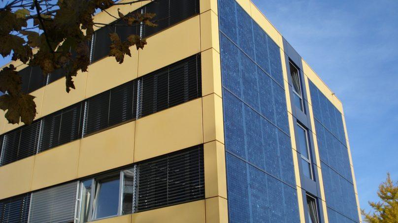 Eduskunnalta kysytään asunto-osakeyhtiöiden aurinkosähköstä